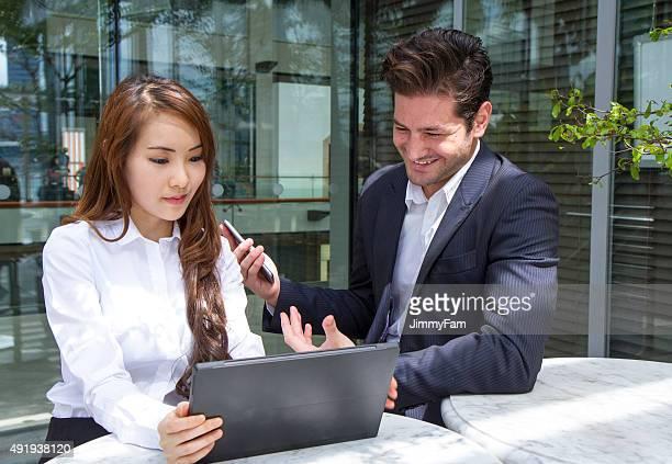 Rassen Business-Team arbeiten im Freien diskutieren