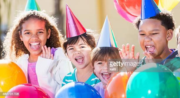 Multirracial crianças numa festa de aniversário