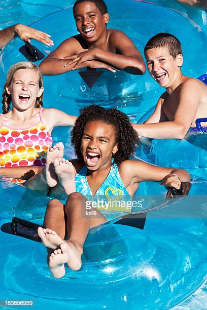 Rassen Kinder wie auf Wolke innertubes im water park