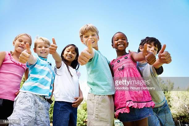 Rassen Kinder mit Daumen hoch