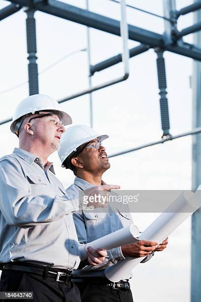 Multiraciale ingénieurs sur site industriel, la recherche