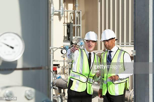 Multiraciale ingénieurs sur site industriel