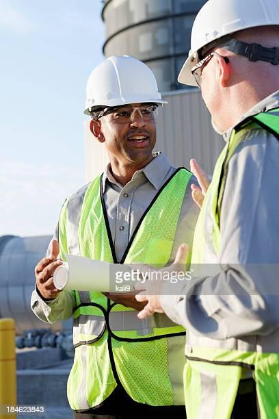 Multiracial エンジニアーズで産業用サイト