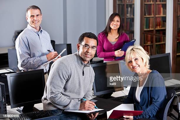 group of Multiracial 仕事のコンピュータラボ
