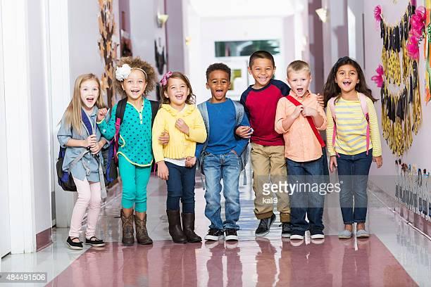 Gruppe von Personen verschiedener Herkunft der Kinder im Vorschulalter Korridor