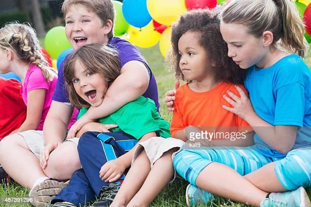 Gruppe von Personen verschiedener Herkunft von Kindern im Ferienlager
