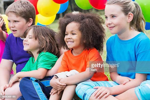 Groupe multi-ethnique d'enfants au camp d'été