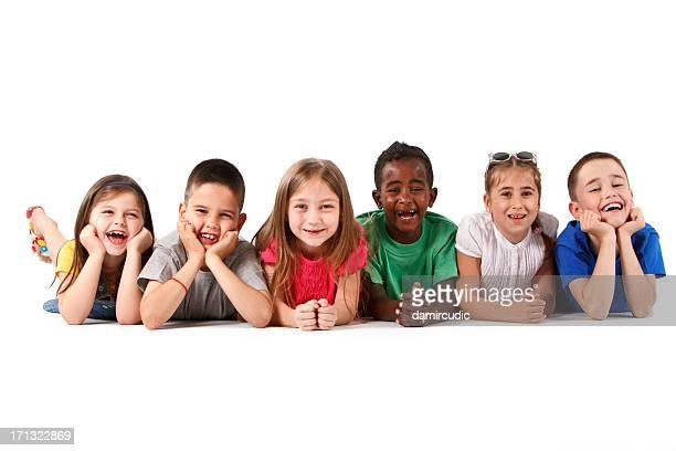 Gruppe von Personen verschiedener Herkunft von Kindern Festlegung und Lächeln zusammen