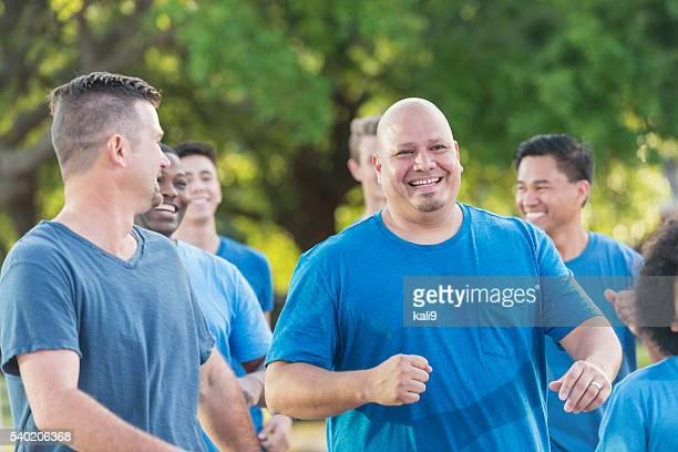 様々な人種グループの青いシャツを着ている男性