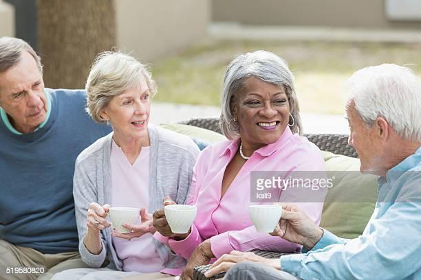 Senior amici multirazziale all'aperto bere il caffè