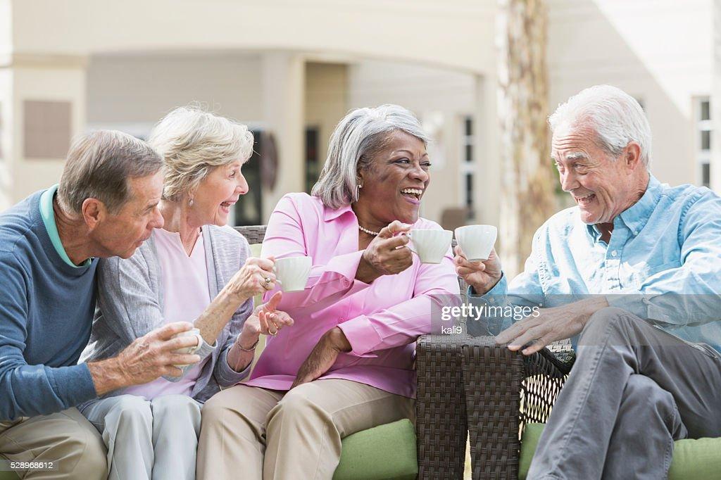 Rassen leitender Freunde trinken Kaffee im Freien : Stock-Foto