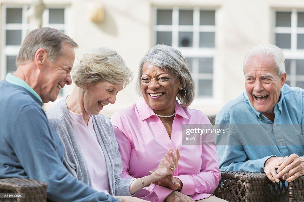 Rassen senior Freunde Sitzen im Freien reden auf der Terrasse : Stock-Foto