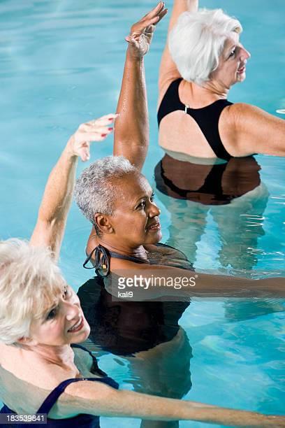 Multiraciale femmes seniors dans l'eau Cours d'aquagym