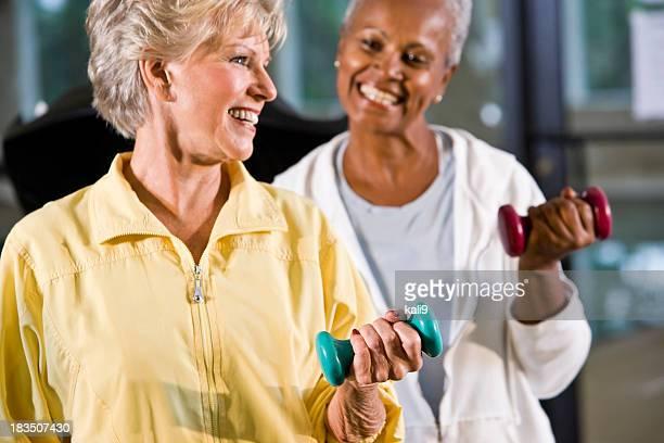 Rassen ältere Frauen bleiben Sie fit im Fitnessraum