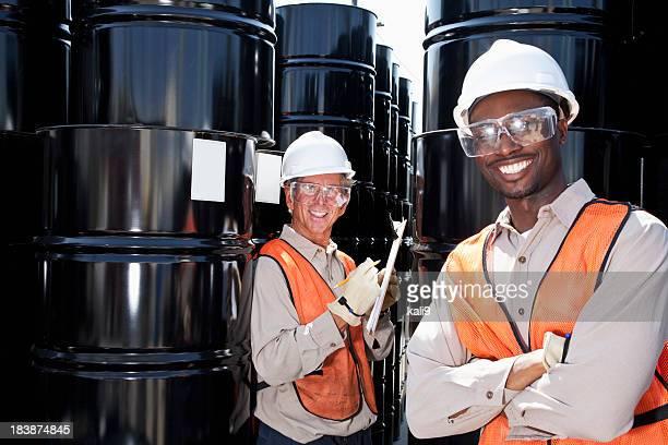 Multiraciale travailleurs de l'industrie chimique