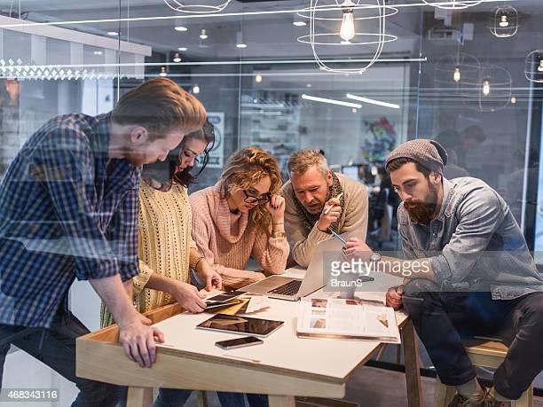 Multitasking kreative Menschen arbeiten im Büro.