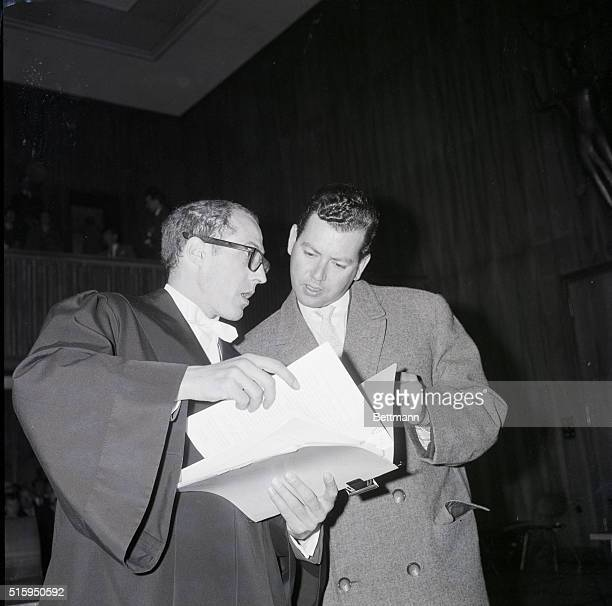 4/30/1962 Munich Germany Accuser appears as witness Coaccuser with the State against Vera Bruehne and Johann Ferbach Dr Guenther Praun talks with...