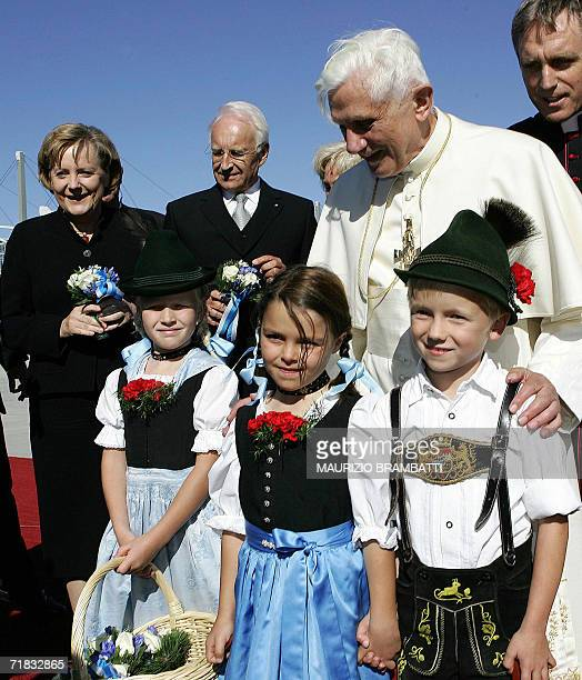 Pope Benedict XVI poses with chidren along wit German Chancellor Angela Merkel and Bavarian state President Edmund Stoiber 09 September 2006 in...