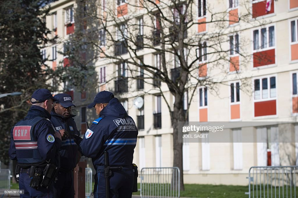 Municipal police officers stand guard near a building on February 11, 2016 in Sarcelles, northern suburb of Paris. / AFP / JOEL SAGET