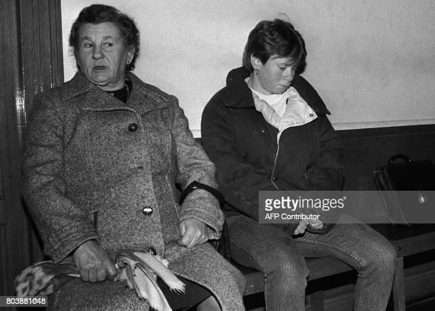 Murielle Bolle accompagnée de sa mère attend le 30 janvier 1986 au palais de Justice de Dijon où elle doit être entendue par le juge Waultier à...