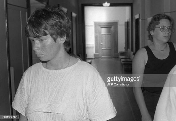 Murielle Bolle et MarieAnge Laroche arrivent le 30 juin 1986 au palais de Justice de Dijon où elles doivent être entendues par le juge Waultier à...
