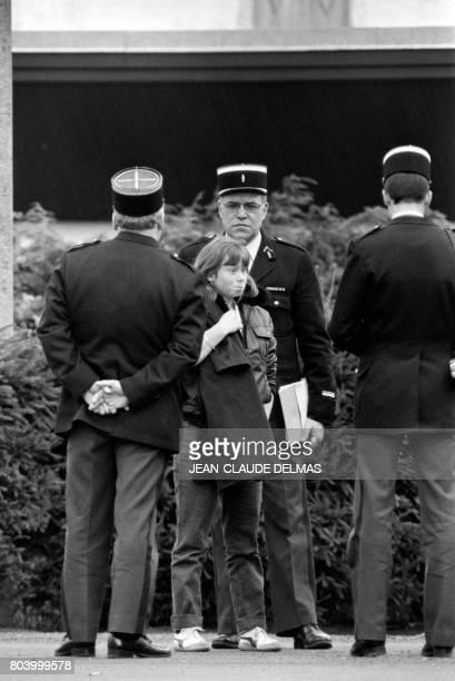 Murielle Bolle quinze ans et demi la belle soeur de Bernard Laroche est entouré par des gendarmes le 5 novembre 1984 Elle reviendra sur ses...