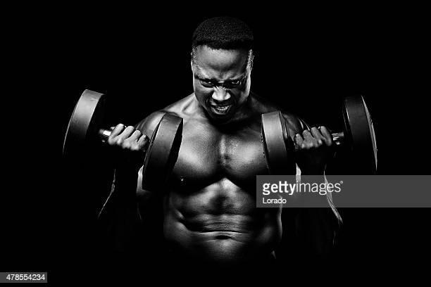 Macho Muscular levantando pesos preto