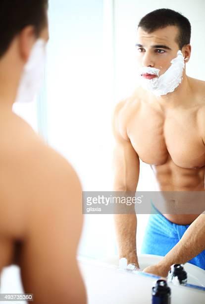 Musculaire homme après rasage matin.