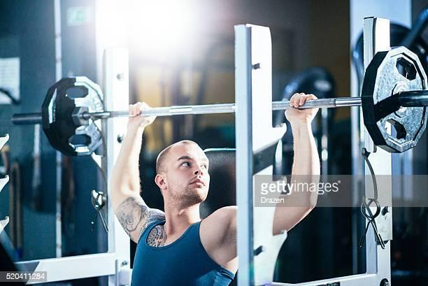 Guy musculaire poids lourds pour les épaules et les muscles du torse
