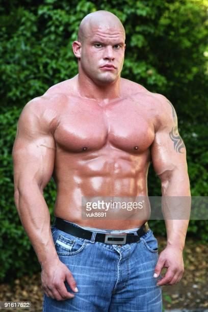 Muskuläre Mann in die wood