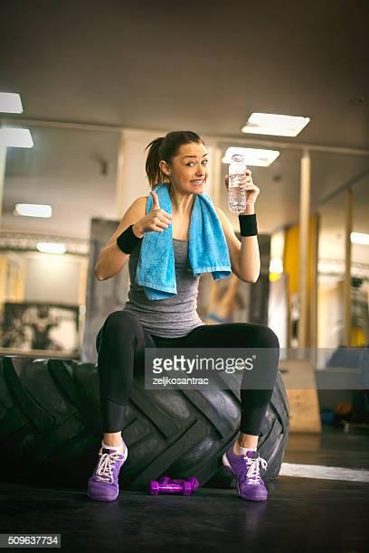 Muscular mujer joven atleta con agua