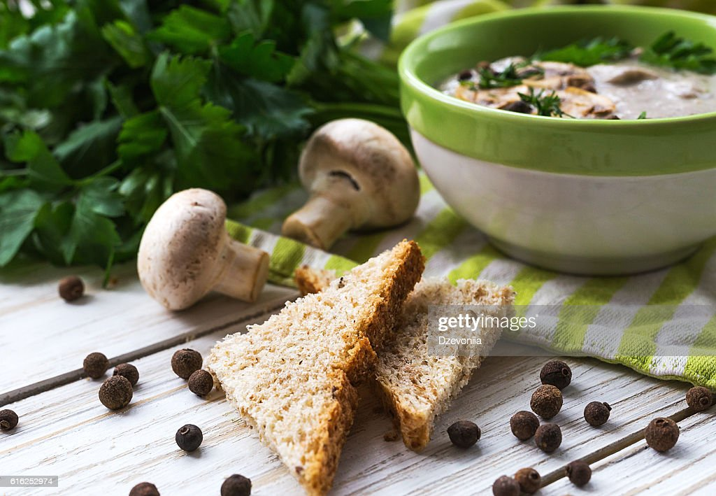 Mushroom puree soup with allspice, parsley, champignons and toas : Foto de stock