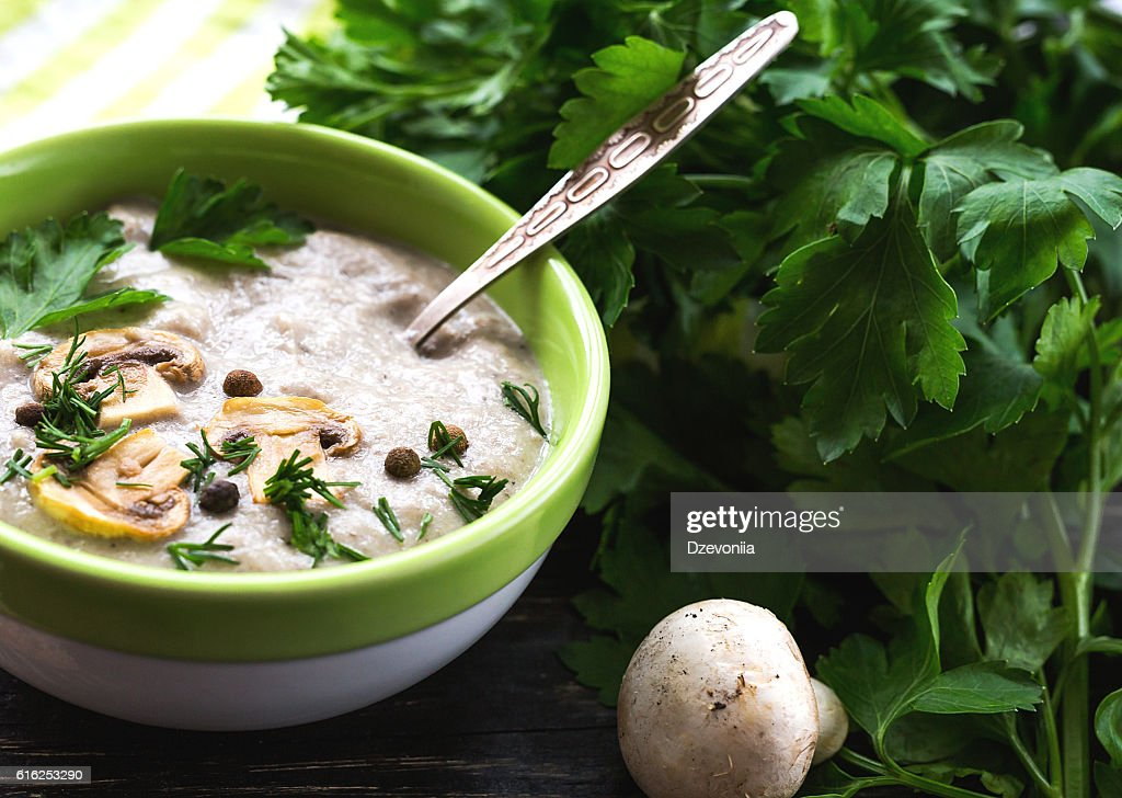 Mushroom puree soup with allspice, parsley, champignons and toas : Stock-Foto