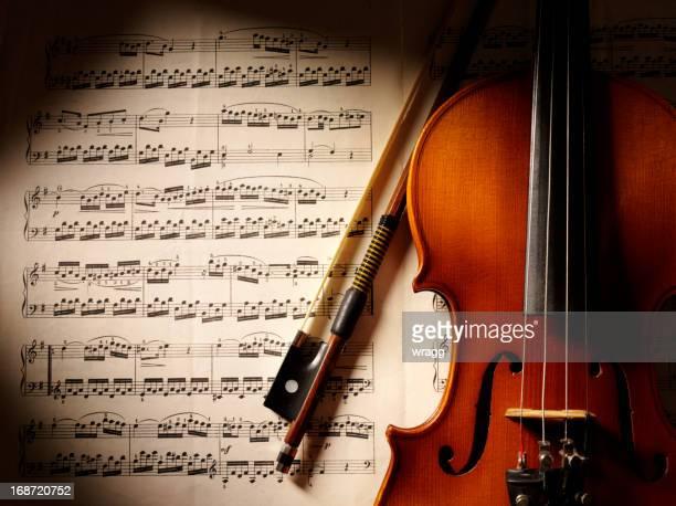 音楽とバイオリンを演奏
