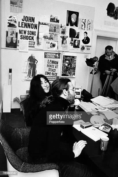 26th November 1969 John Lennon and Yoko Ono at the Apple offices in London