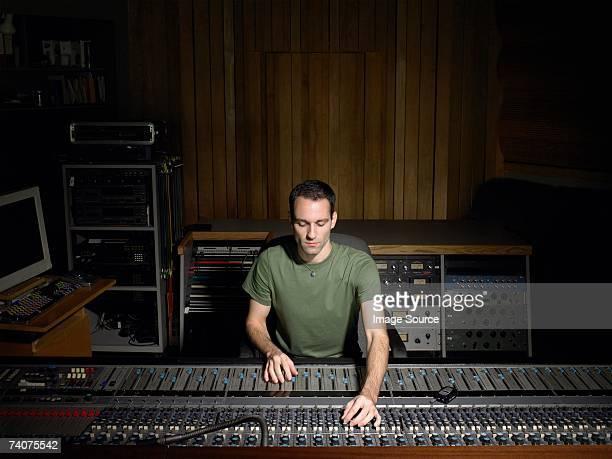 Produtor de música com mesa de mistura