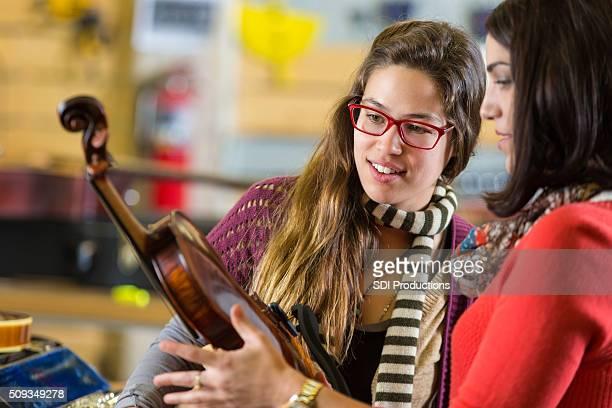 Boutique de vente de la musique d'un violon employé local Musicien