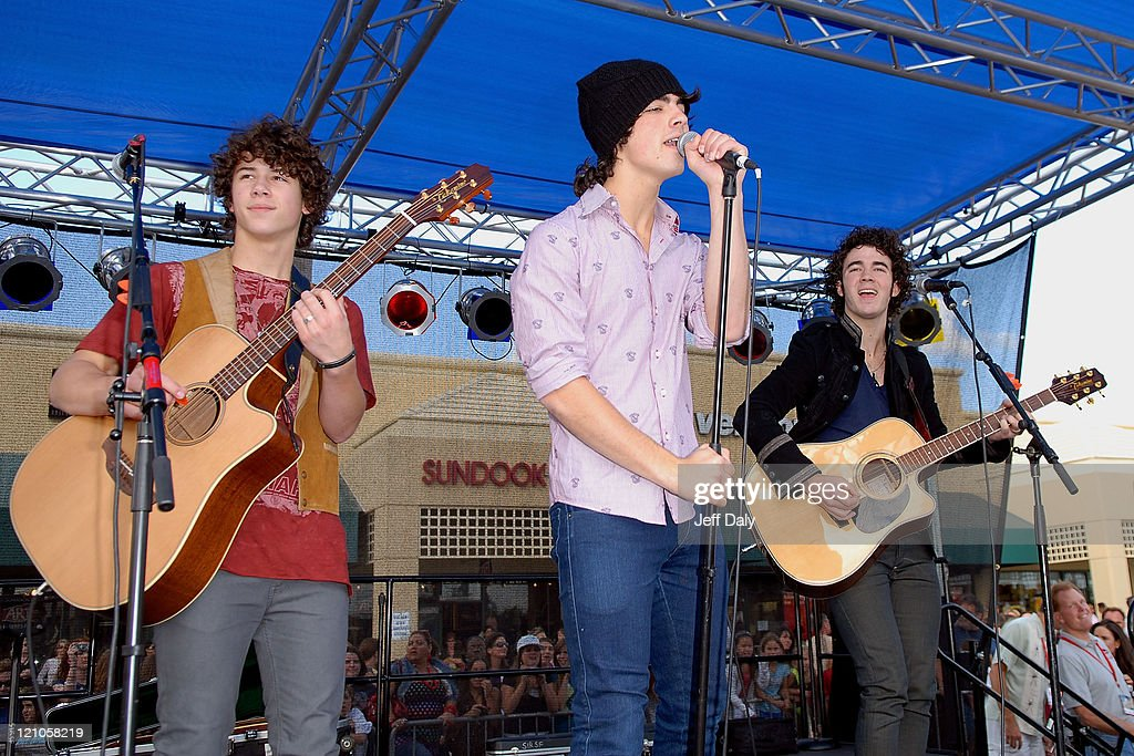 Musical act The Jonas Brothers perform live at the Verizon store parking lot on November 20 2007 in Boca Raton Florida