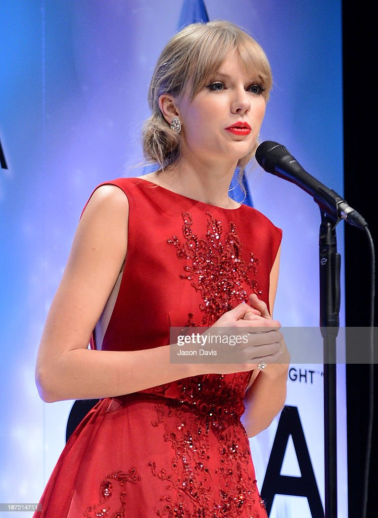 Musical Event of the Year and Pinnacle Award winner Taylor Swift poses in the press room during the 47th Annual CMA Awards at the Bridgestone Arena on November 6, 2013 in Nashville, Tennessee.