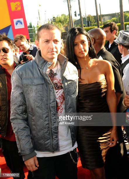 Musician Chester Bennington of Linkin Park and wife Talinda arrive at the 2008 MTV Video Music Awards at Paramount Pictures Studios on September 7...