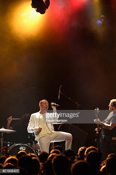 Musician Chester Bennington performs with the Hellcat Saints at the 2016 Rhonda's Kiss Benifit honoring Johnny Depp at El Rey Theatre on November 3...