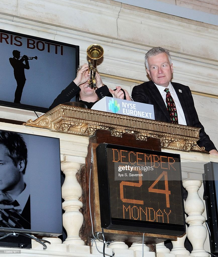 Musician Chris Botti (C) and Chief Executive Officer of NYSE Euronext Duncan Niederauer (R) ring the closing bell at the New York Stock Exchange on December 24, 2012 in New York City.