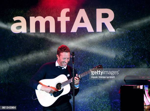 Musician Chris Martin performs onstage at the amfAR Gala Los Angeles 2017 at Ron Burkle's Green Acres Estate on October 13 2017 in Beverly Hills...