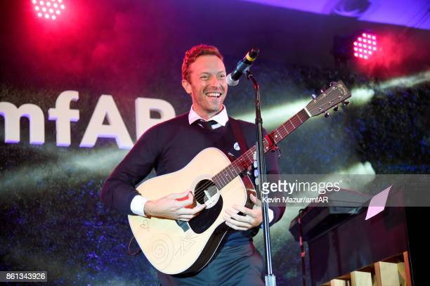 Musician Chris Martin performs onstage during the amfAR Gala Los Angeles 2017 at Ron Burkle's Green Acres Estate on October 13 2017 in Beverly Hills...