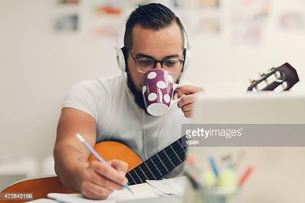 Musicista compone musica nel suo Studio di registrazione.
