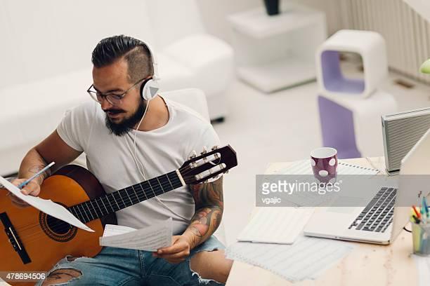 Musicien composer de la musique dans son Studio d'enregistrement.
