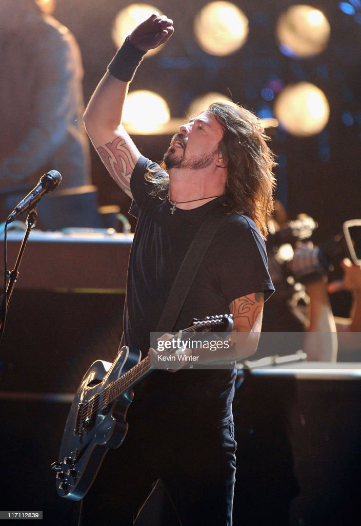 Musician <a gi-track='captionPersonalityLinkClicked' href=/galleries/search?phrase=Dave+Grohl&family=editorial&specificpeople=202539 ng-click='$event.stopPropagation()'>Dave Grohl</a> of the Foo Fighters perform onstage during the 2011 MTV Movie Awards at Universal Studios' Gibson Amphitheatre on June 5, 2011 in Universal City, California.