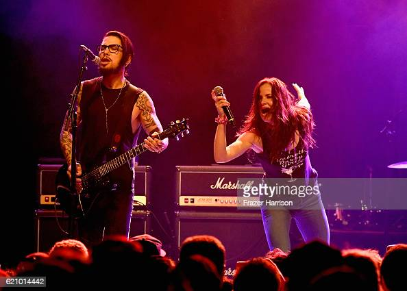 Musician Dave Navarro and actress/singer Juliette Lewis perform with the Hellcat Saints at the 2016 Rhonda's Kiss Benifit honoring Johnny Depp at El...