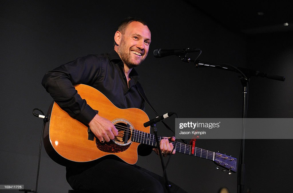 Musician <a gi-track='captionPersonalityLinkClicked' href=/galleries/search?phrase=David+Gray&family=editorial&specificpeople=224673 ng-click='$event.stopPropagation()'>David Gray</a> performs at the Apple Store Soho on August 16, 2010 in New York City.