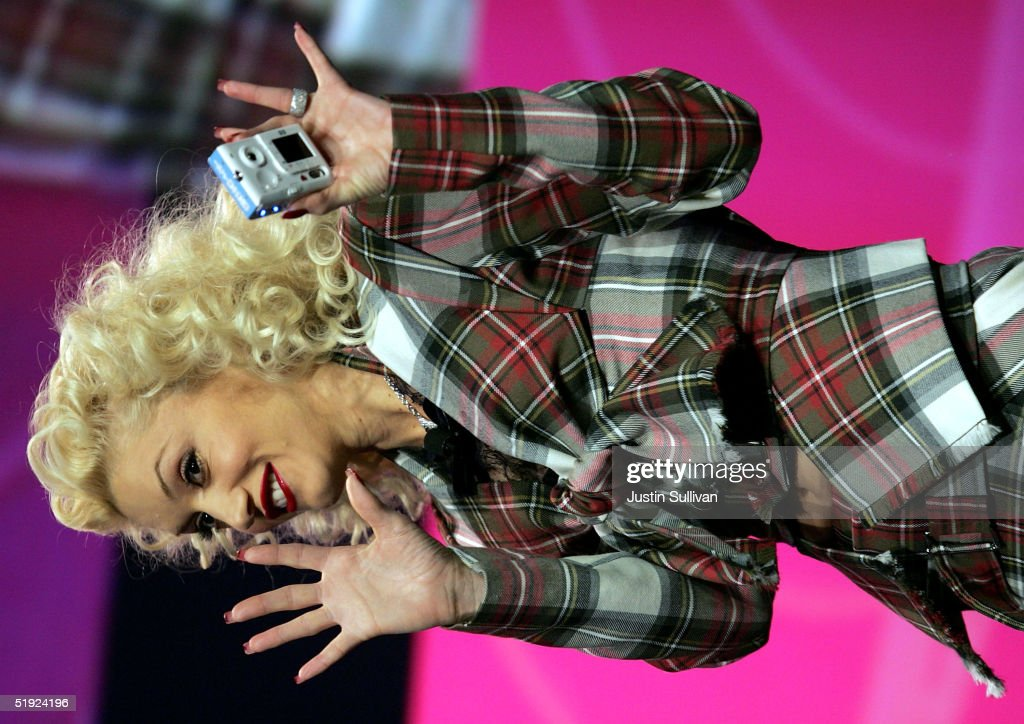 Musician <a gi-track='captionPersonalityLinkClicked' href=/galleries/search?phrase=Gwen+Stefani&family=editorial&specificpeople=156423 ng-click='$event.stopPropagation()'>Gwen Stefani</a> greets the crowd during the keynote address by HP CEO Carly Fiorina at the 2005 Consumer Electronics Show January 7, 2005 in Las Vegas, Nevada. The 1.5 million square foot electornic gadget show runs through January 9 and is expected to attract over 120,000 attendees.